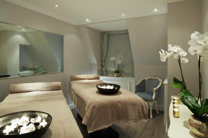 The Ritz Salon in Piccadilly